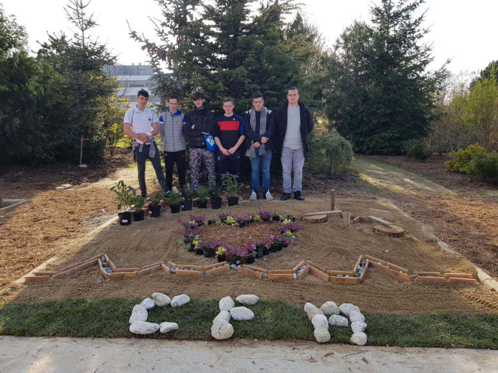 Parterre paysagé sur le thème du coeur réalisé par les élèves du CFA Horticole, Laon (Picardie)